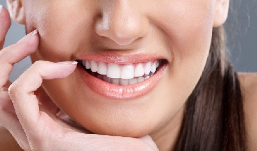 Как отбелить зубы естественным способом всего за 2 минуты