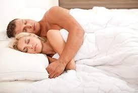 Медики объяснили, почему надо спать обнаженными