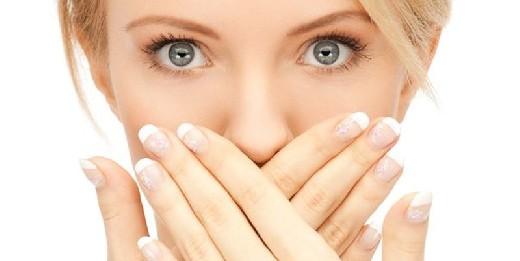 Назван способ избавиться от неприятного запаха изо рта по утрам