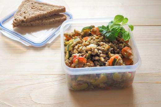 Онкологи рассказали, безопасно ли разогревать пищу в пластиковых контейнерах