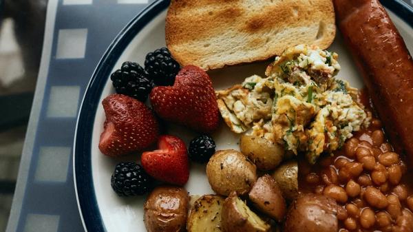 Психолог рекомендовала работающим удаленно устраивать себе два завтрака