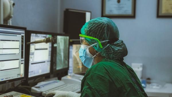 Половина российских врачей заявила о падении заработка во время пандемии