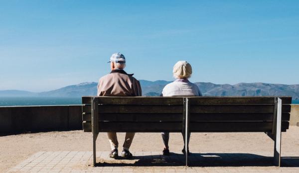 Пожилым людям разрешили сидеть
