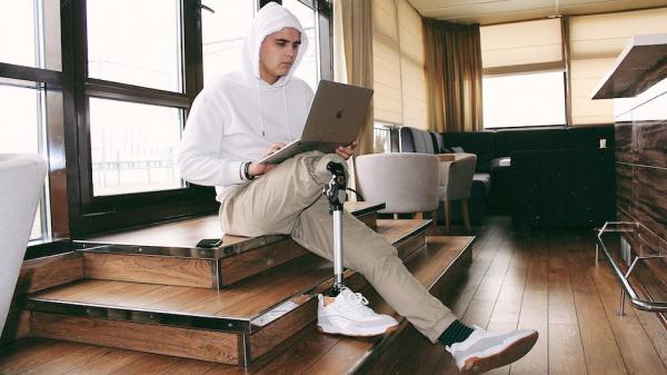 «Мне ампутировали ногу и я начал записывать ролики». Как люди с инвалидностью борются с предрассудками в TikTok